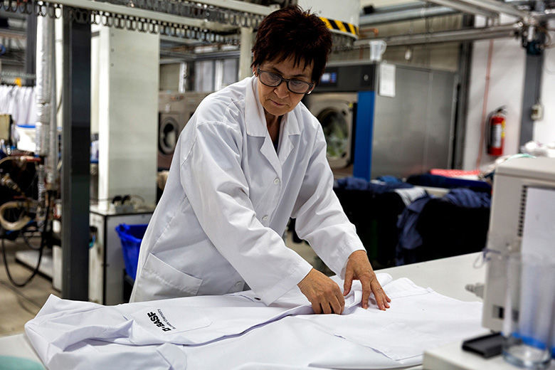 Werkkleding laten reinigen bij Van Hal Stomerij